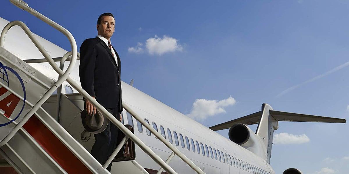 Don Draper bajando del avión