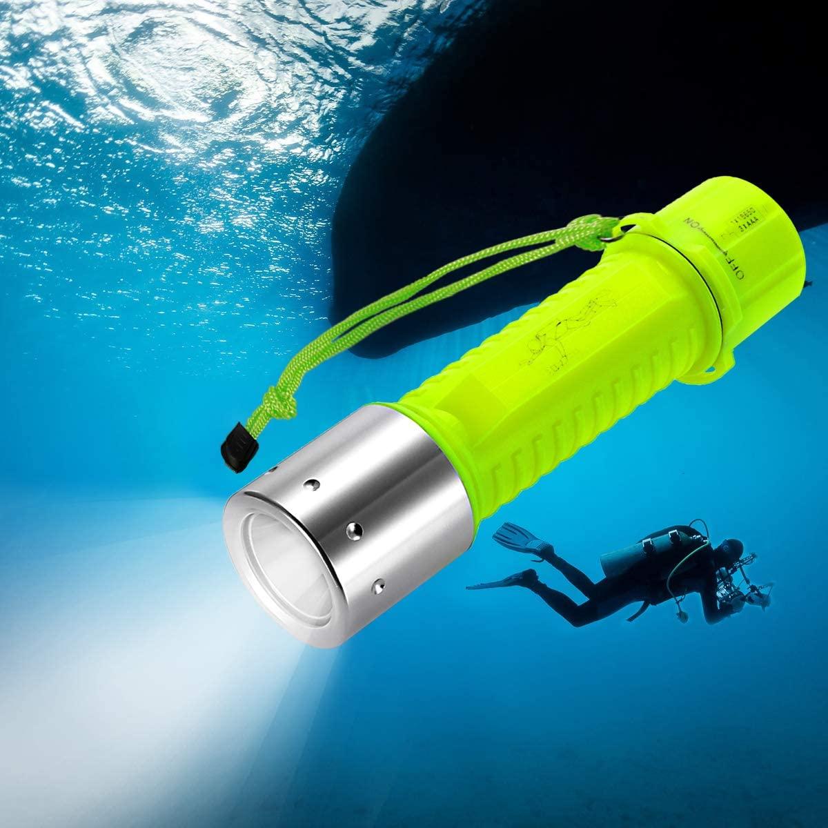 Linterna sumergible en el agua
