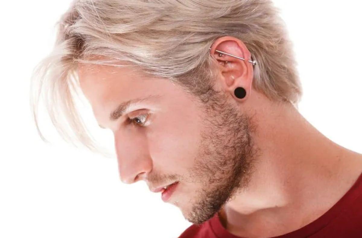 tres pendientes en la oreja