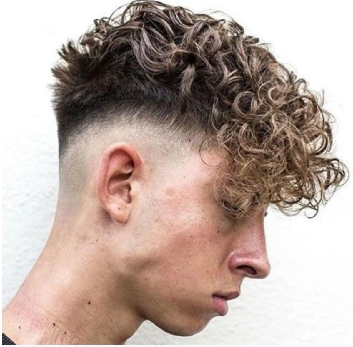 permanente ondulada en el pelo corto