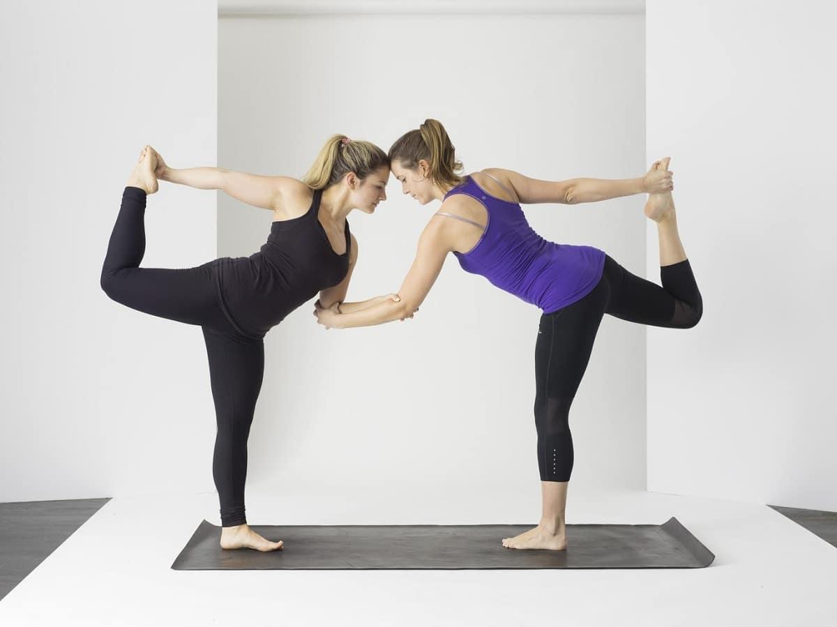posturas de yoga en pareja beneficios