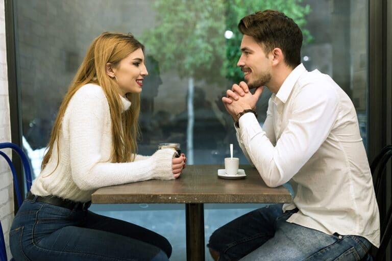 de que hablar con una chica en una cita