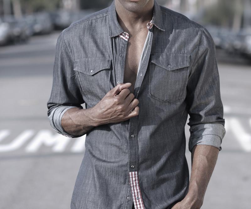 3 formas de combinar una camisa vaquera for Combinar camisa vaquera negra hombre