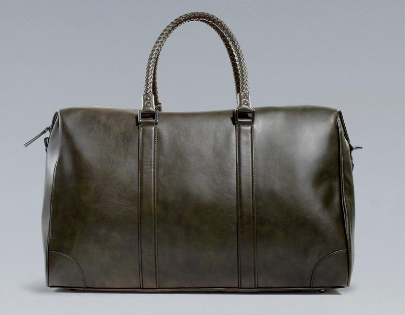 Aunque se trata de una bolsa de viaje, también nos sirve como bolso de mano, sobre todo para guardar nuestros complementos tecnológicos como tablet o iPad.